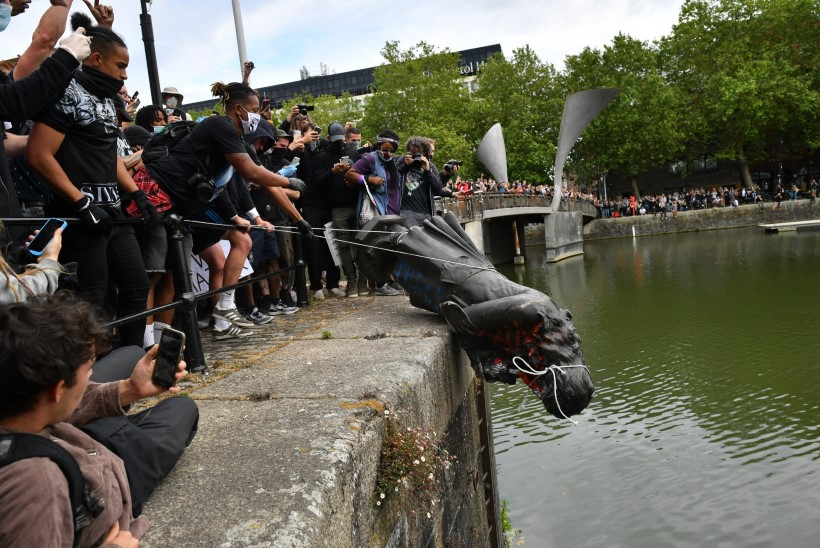 Protesteerijad viskasid orjakaupmehe skulptuuri jõkke. Hamilton: see peakski sinna jääma