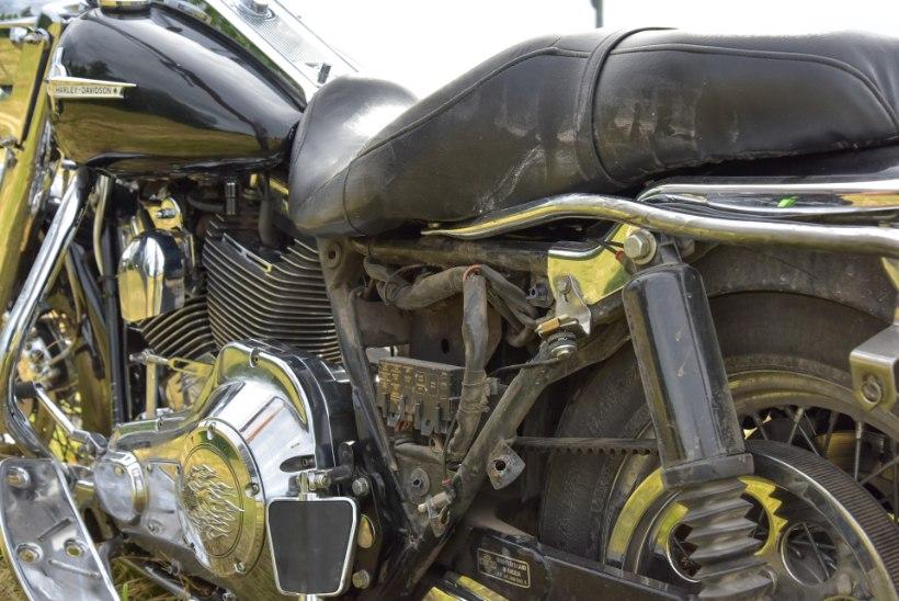 FOTOD | Viljandimaal sai raskelt vigastada autoga kokku põrganud mootorrattur