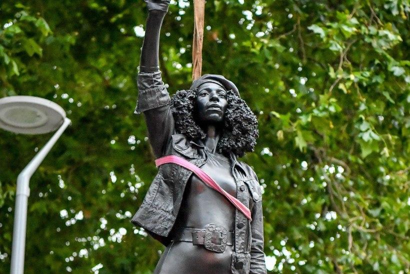 SILM SILMA VASTU: Briti võimud eemaldasid skulptuuri rassismi vastu protestijast
