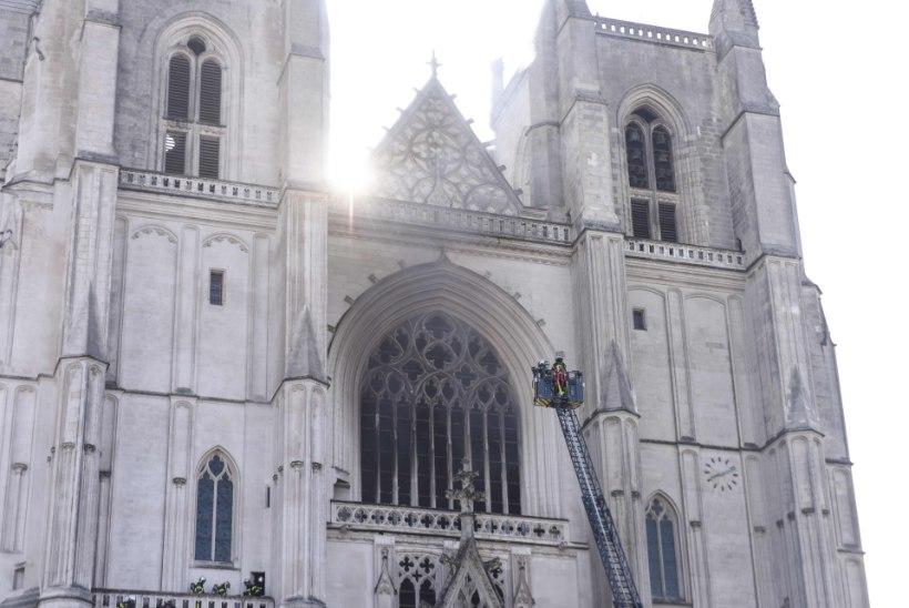 Prantsusmaal Nantes'is põles ajalooline Peeter-Pauli katedraal, kahtlustatakse süütamist