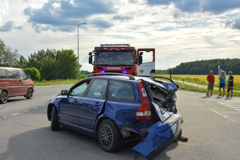 FOTOD | Tartumaal põrkasid kokku kolm autot. Viga said ka lapsed