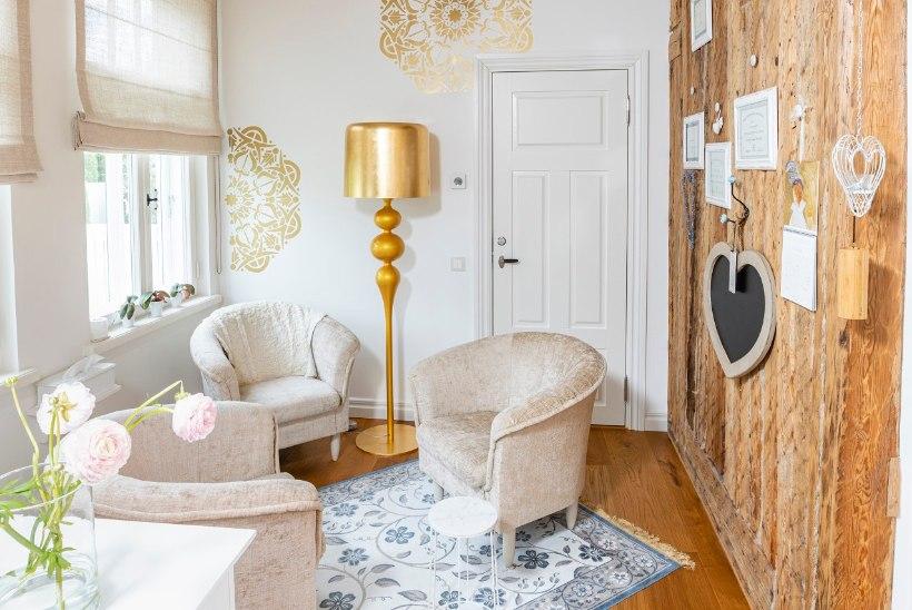 FOTOLUGU | Auhinnatud aed ja lummava sisustusega kodu ehk Säravvalge villa Pärnu Esplanaadil
