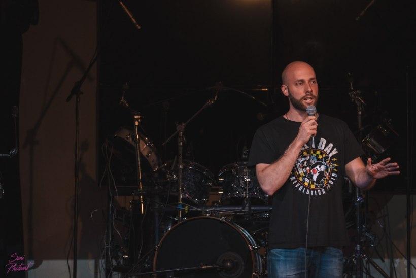 Sokihais telgis, ahastuses koomik kraaviserval ja kolm sõud õhtu jooksul – Comedy Estonia suvetuur pani püstijalakoomikute närvid proovile