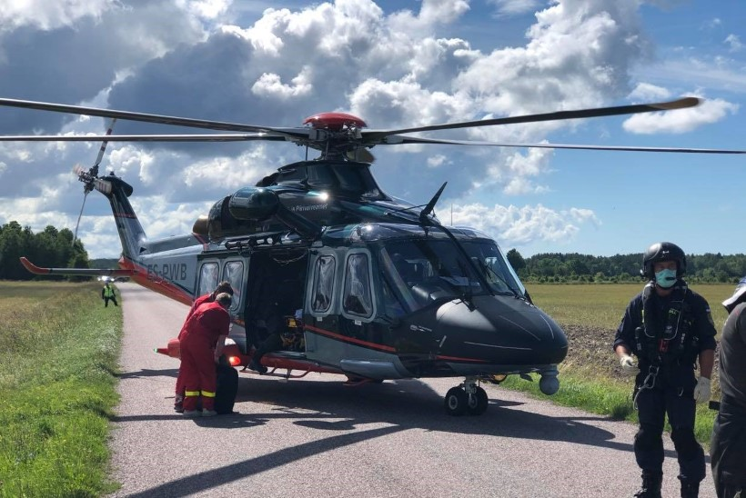 FOTO SÜNDMUSKOHALT | Kopter viis haiglasse autorooli istunud napsitaja, kes põrutas Läänemaal vastu puud