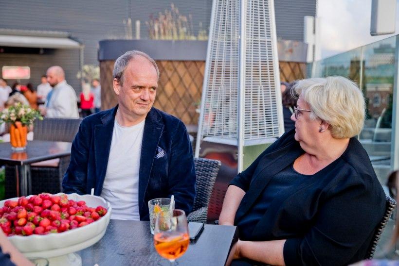 FOTOD   Seltskonna koorekiht lustis koos Rebastega kohvik Komeedi mahepöördepeol