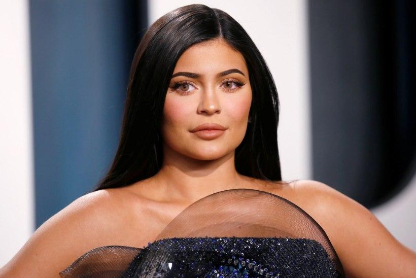 Järjekordne ilulõikus? Kylie Jenner näitab napis bikiinis oma paisunud rinnapartiid
