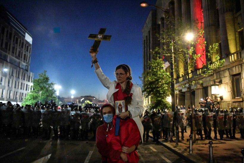 GALERII | Serblased mässasid uute piirangute vastu