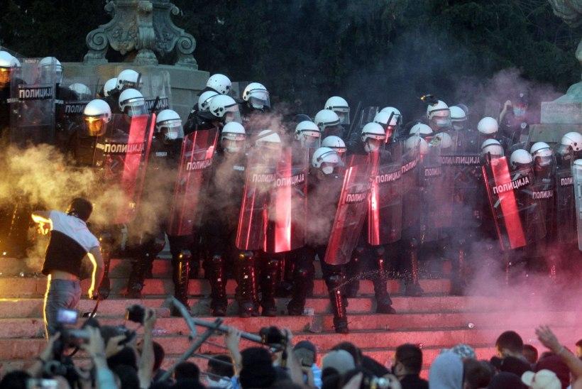 TORM BELGRADIS: serblased mässavad uute piirangute vastu