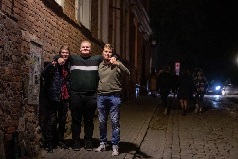 ÕL VIDEO | KOROONAJUHTUMID TARTUS PIDULISI EI HEIDUTA: rahvas lahutab meelt tänavatel, baarides ja ööklubides