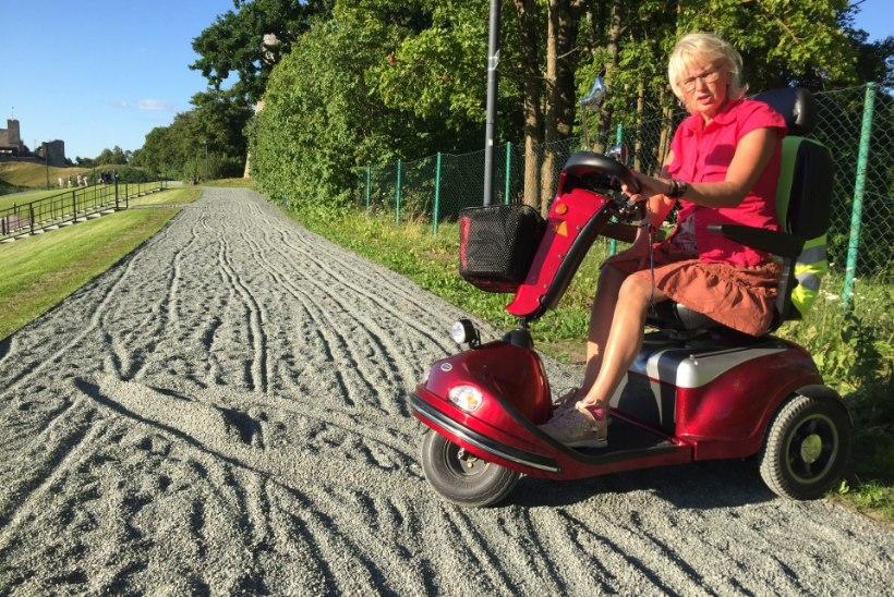 """Uues kuues Rakvere Vallimäel on võimatu ratastoolis liikuda. Ratastoolis Erki: """"Selline asi võtab pisara kurku küll."""""""