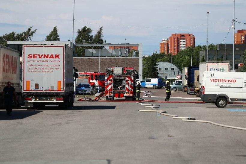 FOTOD   Lasnamäel põleb tööriistaladu, poodidest evakueeriti inimesi