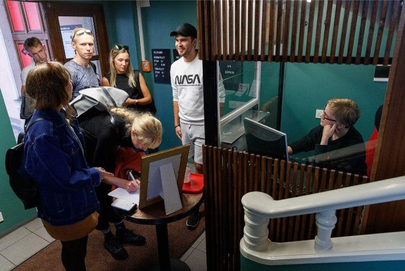 """GALERII   """"Tenet"""" jõudis Kino Sõprus ekraanile: koroonaviiruse tõttu tuli külastajal saali sisenemiseks täita ankeet"""