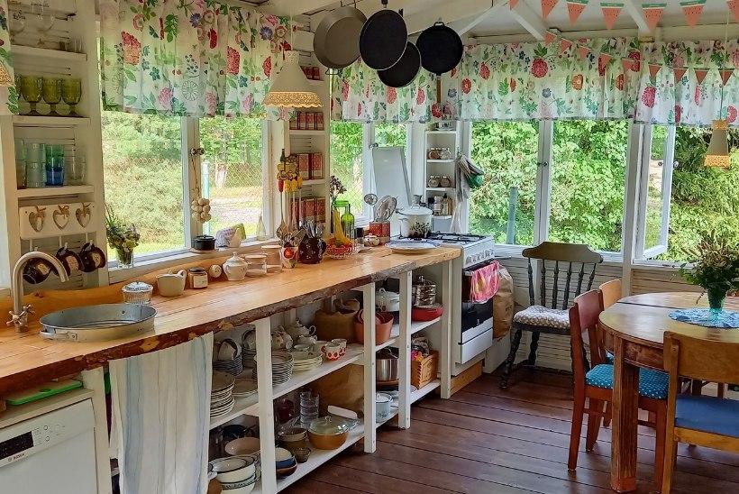 FOTOLUGU | Toreda aiamajaga Viimsi kodus keeb elu õues hilissügiseni