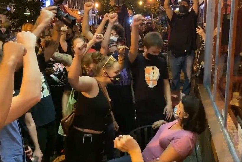 KUST JOOKSEB PIIR? Rassismi vastu protestijad hurjutasid valget naist, kes tundis ennast rünnatuna