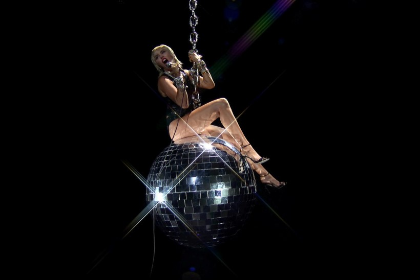 Miley Cyrus kargas auhinnagalal taas kiikuva kera otsa