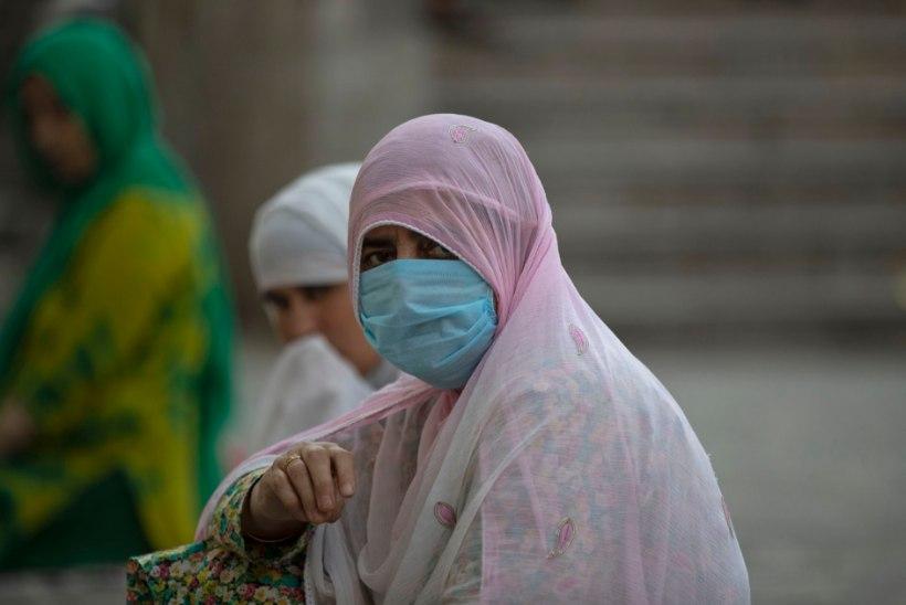 NAISED TÄNAVATELE: Indias tehti fooritule pisikese muudatusega suur samm võrdsuse poole