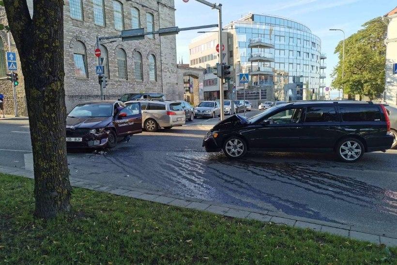FOTO | Tallinna keskklinnas avarii põhjustanud autojuhid ei suutnud süüdlast tuvastada