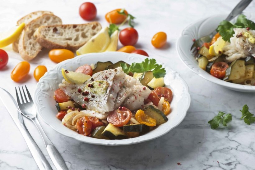 ARGISEKS KALAPÄEVAKS | Valge kala ürdivõi ja tomati-suvikõrvitsahautisega