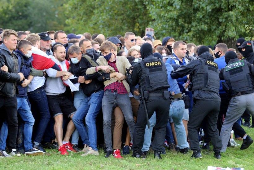 VIDEOD | Minskis taas meeleavaldus, miilitsajõud ja maskides mehed püüavad inimesi takistada