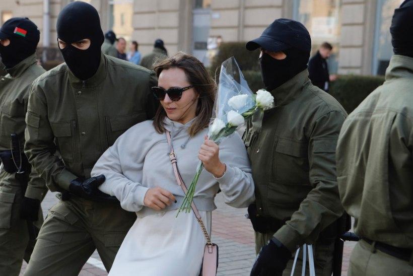 Valgevenes pidas politsei kinni kümned meeleavaldajad. Ka 73aastane aktivist tiriti kaubikusse