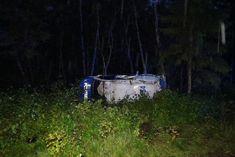 FOTOD | Politseiauto sattus alarmsõidul avariisse, mõlemad autos viibinud ametnikud said viga