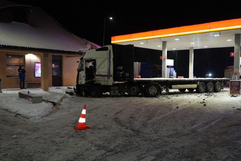FOTOD | Adavere tanklat ja seal seisnud kaubikut rammis veok, mille juhti tabas terviserike