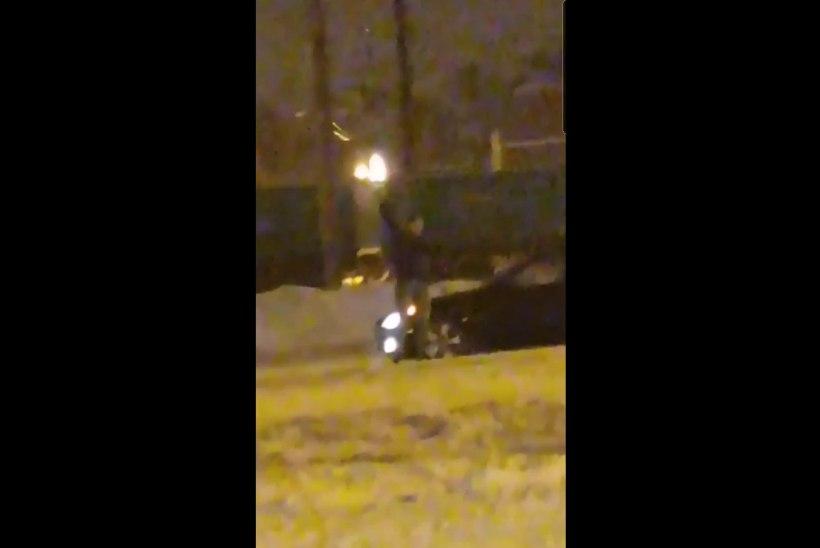 VIDEO | Ülemiste keskuse lähedal lasti õhku, politsei leidis BMWst kolm relvataolist eset