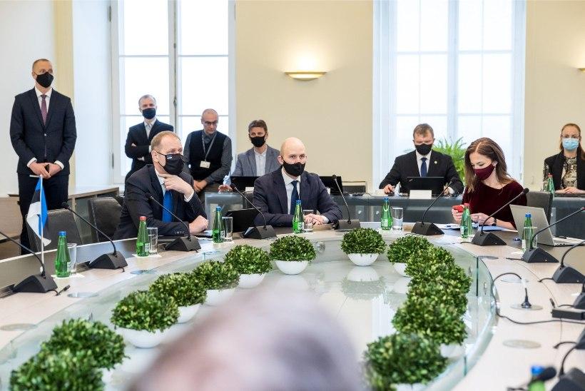 GALERII | Jüri Ratas jõi Kaja Kallasega kihisevat ja andis peaministriameti üle. Uus valitsus kogunes esimesele nõupidamisele