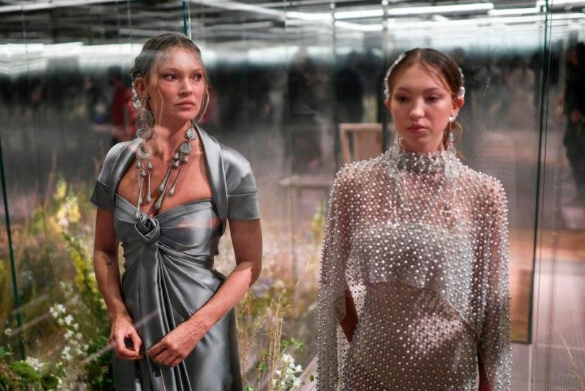 VIDEO   Kate Moss esines koos tütrega moesõul – kuid mis on lahti tema näoga?!
