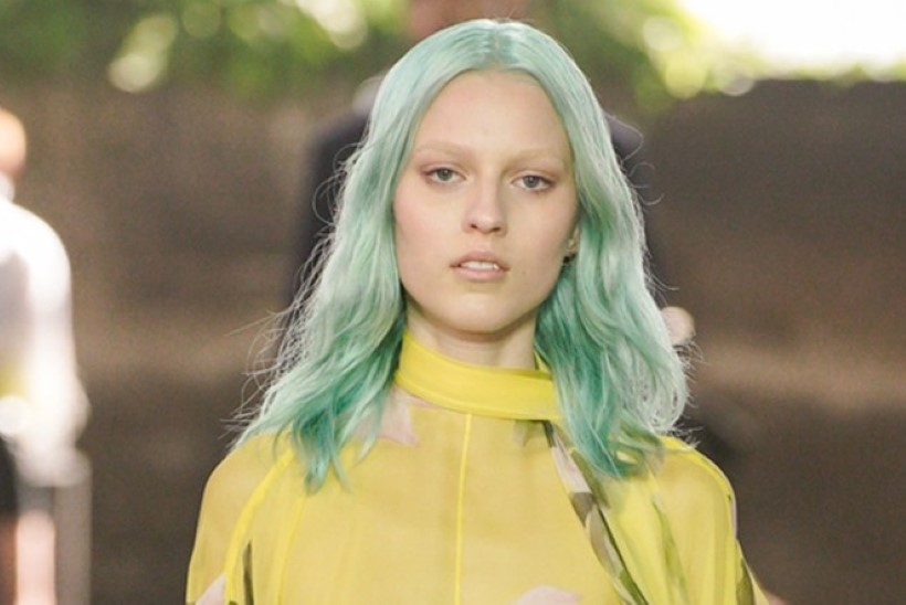 Juuksur annab nõu: kuidas teha selle aasta trendisoenguid salongi külastamata