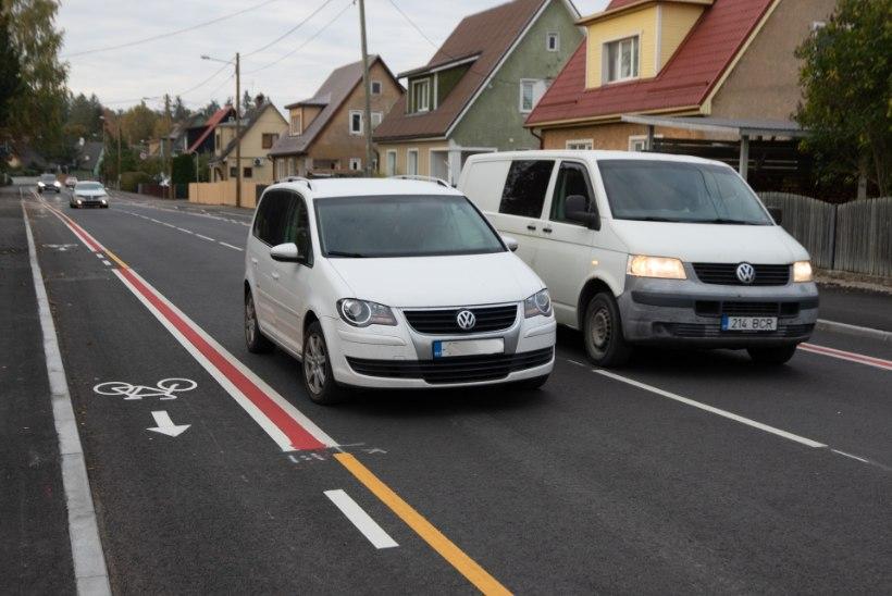 Tartus pargivad autod jalgrattatee tõttu keset tänavat