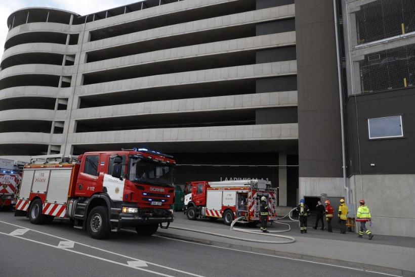 FOTOD | T1 kaubanduskeskuse parklas põles auto