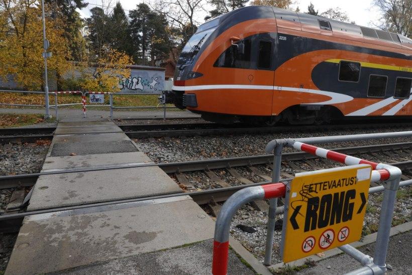 Tallinnas hukkus rongi rataste all inimene