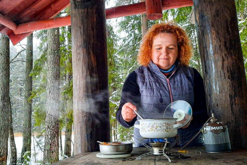 Naisteleht katsetab: kuidas valmib soe kõhutäis talvisel matkaplatsil