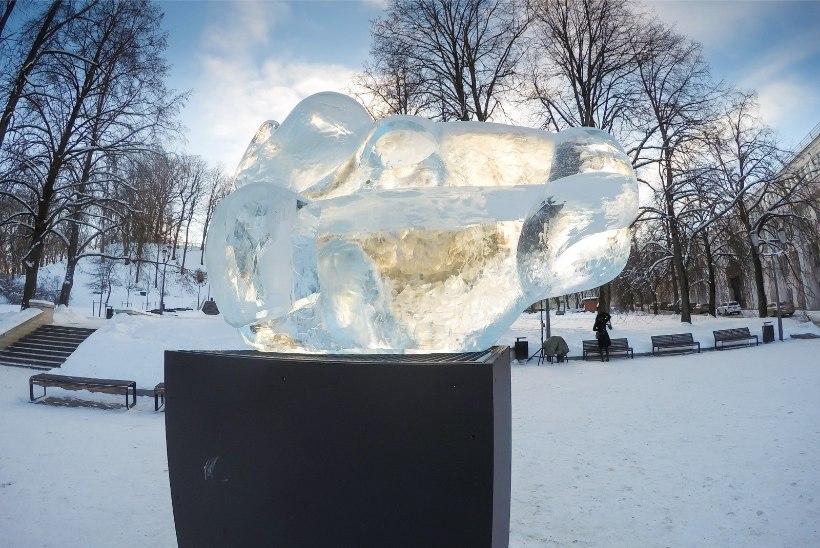 FOTOD | Tartu jääpühvel seisab pronksise tohtri valvsa silma all
