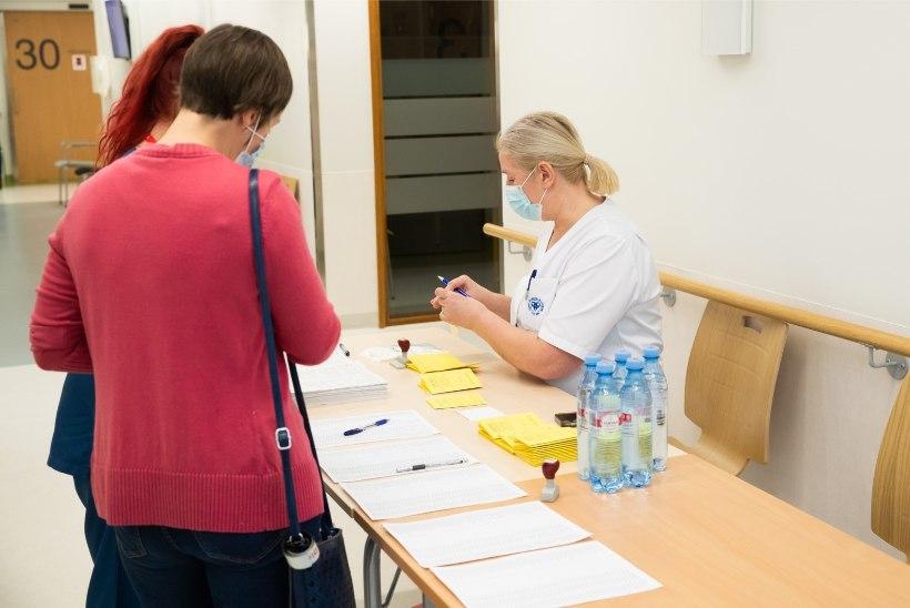 FOTOD | Vaktsiin õpetajatele: esmaspäeval saavad esimese vaktsiinidoosi 200 Tartu haridustöötajat