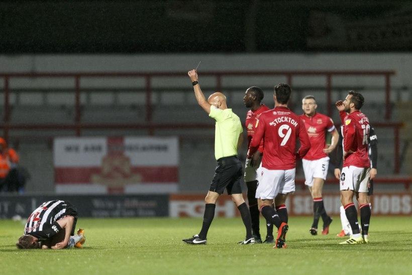 VIDEO   Inglismaa kolmandas liigas pani kohtunik mängijaga pead kokku