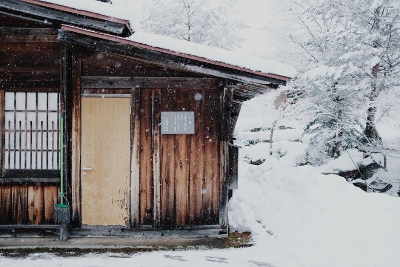 OHTLIK SULA TULEKUL: 8 soovitust, mida katuse lumekoristustööde puhul silmas pidada