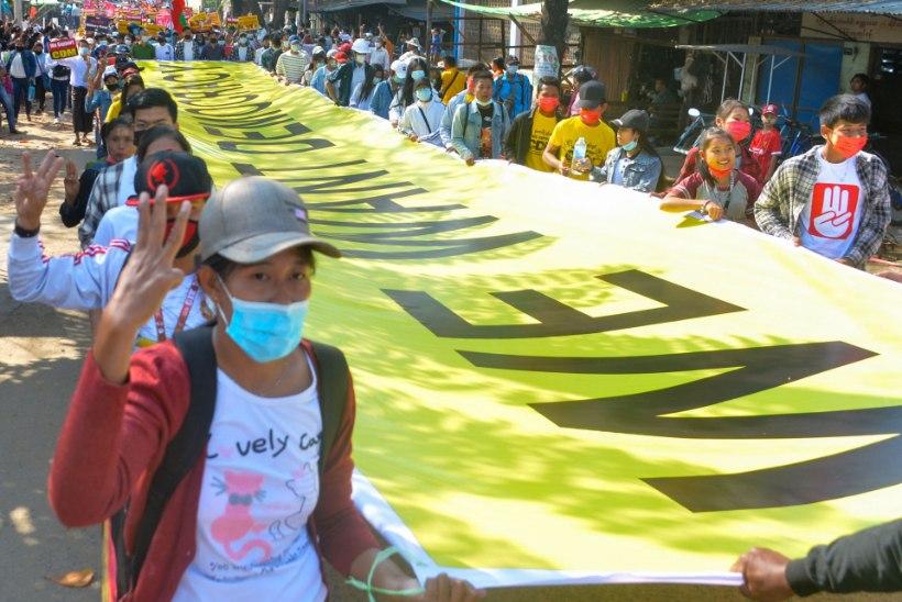 """""""Te võite surma saada!"""" Myanmari rahvas tuli ähvardustest hoolimata tänavatele"""