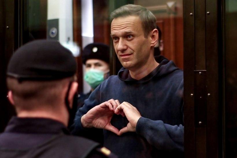 """""""KARISTUS ELLUJÄÄMISE EEST"""": vangi saadetud Navalnõi jättis südant joonistades naisega hüvasti"""