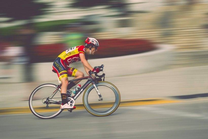 DIGITAALNE DOPINGUSKANDAAL? Stressis jalgratturid ei suuda isegi virtuaalsetel võistlustel ausalt sõita