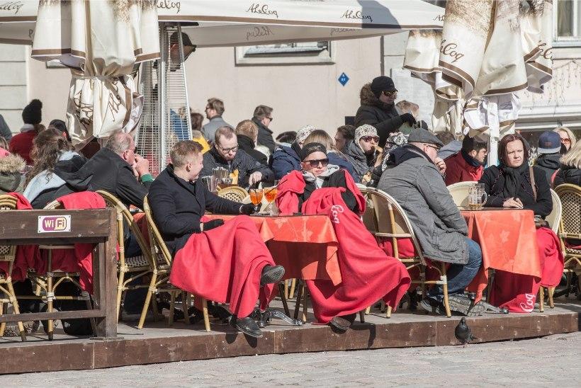 Vanalinna restoranid-kohvikud lubavad kliente väliterrassile mõnulema. Politsei: see on vastuolus tervisekriisi nõuetega!