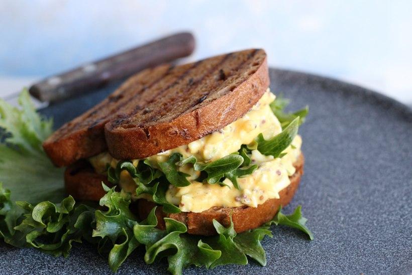 MÕNUS HOMMIKUSÖÖK: kahepoolsed võikud muna-majoneesisalatiga