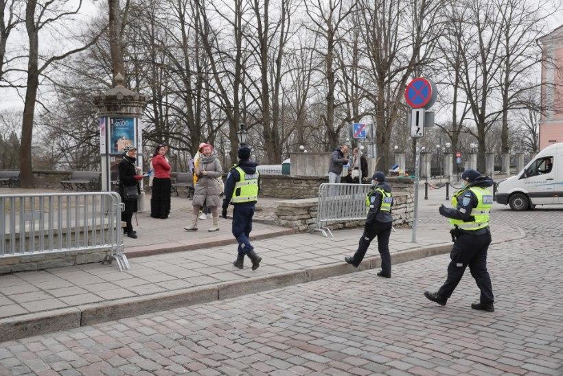 FOTOD   Toompeale kogunesid üksikud meeleavaldajad