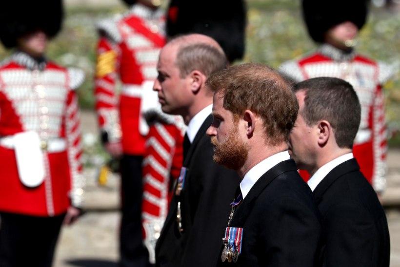 SAMMUKE LEPPIMISE POOLE? Harryt ja Williamit nähti pärast vanaisa matuseid vestlemas