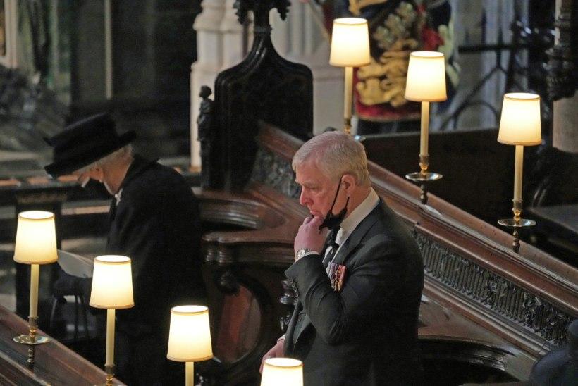 NUKKER VAATEPILT: leinav kuninganna pidi matusetalitusel üksinda istuma