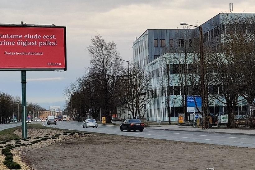 """REKLAAMTAHVEL LINNA SERVAL: meditsiiniõed püüavad Urmas Sule tähelepanu plakatiga: """"Väärime õiglast palka!"""""""