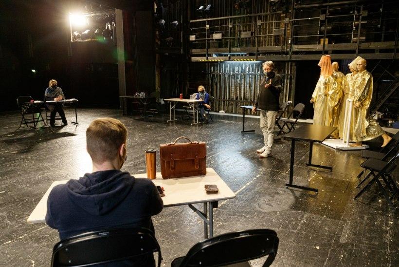 SUUR FOTOVAATLUS | KOROONAPROOV: üksildased tantsijad ja lauljad proovisaalis, sõnateatri trupid arvuti taga ja lavaproovides