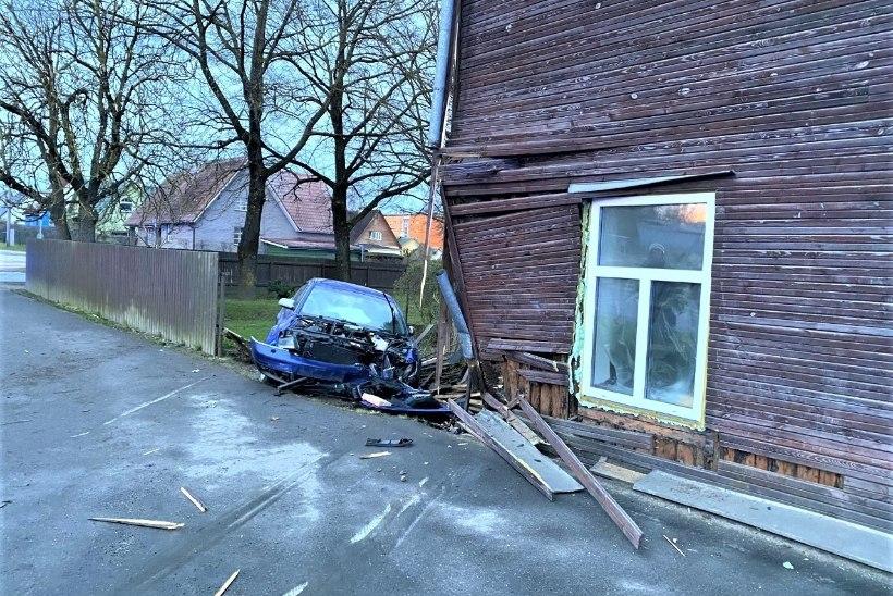 FOTOD | Roolijoodik purustas palkmaja seina, ise terve nagu purikas