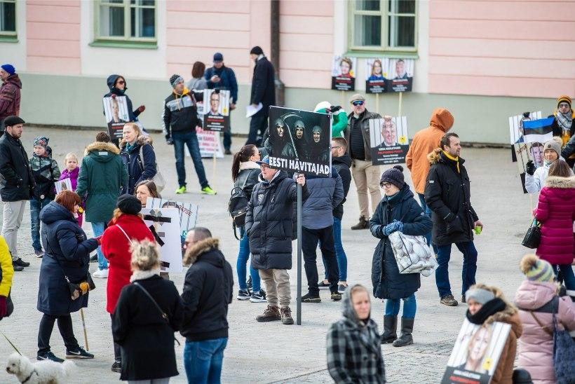GALERII |  Piirangute vastased ei väsi ja seisavad viiendat päeva järjest Toompeal